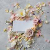 Λουλούδια και φάκελος Στοκ Εικόνες