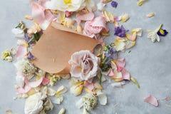 Λουλούδια και φάκελος Στοκ φωτογραφίες με δικαίωμα ελεύθερης χρήσης