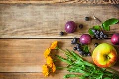 Λουλούδια και φρούτα Calendula στο ξύλινο υπόβαθρο στο αγροτικό ύφος Στοκ εικόνες με δικαίωμα ελεύθερης χρήσης