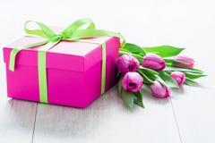 Λουλούδια και Giftbox τουλιπών στον αγροτικό πίνακα για την 8η Μαρτίου, Internati στοκ εικόνα