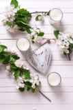 Λουλούδια, κεριά και καρδιές Στοκ φωτογραφία με δικαίωμα ελεύθερης χρήσης