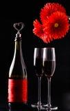 Λουλούδια, μπουκάλι στο μαύρο υπόβαθρο Στοκ Εικόνες