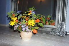 Λουλούδια μπροστά από έναν καθρέφτη Στοκ Φωτογραφίες