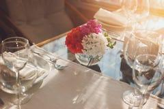 Λουλούδια να δειπνήσει στον πίνακα Στοκ Εικόνες