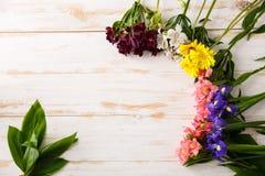 Λουλούδια πέρα από το ξύλινο υπόβαθρο Από ανωτέρω Στοκ εικόνα με δικαίωμα ελεύθερης χρήσης