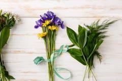 Λουλούδια πέρα από το ξύλινο υπόβαθρο Από ανωτέρω στοκ εικόνες