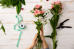 Λουλούδια πέρα από το ξύλινο υπόβαθρο Από ανωτέρω στοκ εικόνα
