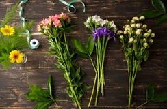 Λουλούδια πέρα από το ξύλινο υπόβαθρο Από ανωτέρω στοκ εικόνες με δικαίωμα ελεύθερης χρήσης