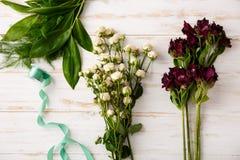 Λουλούδια πέρα από το ξύλινο υπόβαθρο Από ανωτέρω στοκ φωτογραφία με δικαίωμα ελεύθερης χρήσης