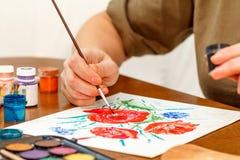 Λουλούδια παπαρουνών ζωγραφικής χεριών γυναικών ` s Στοκ φωτογραφία με δικαίωμα ελεύθερης χρήσης