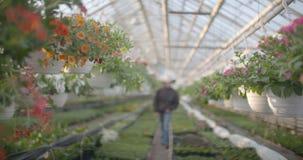 Λουλούδια ποτίσματος εργαζομένων 4K φιλμ μικρού μήκους