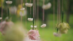 Λουλούδια που κρεμούν στις σειρές στο δάσος στη ημέρα γάμου υπαίθρια απόθεμα βίντεο