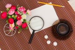 Λουλούδια, πράσινα τσάι και γλυκά Στοκ φωτογραφία με δικαίωμα ελεύθερης χρήσης