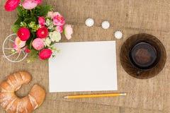 Λουλούδια, πράσινα τσάι και γλυκά Στοκ εικόνα με δικαίωμα ελεύθερης χρήσης