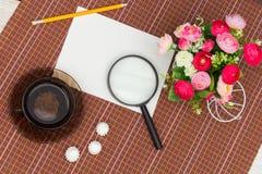 Λουλούδια, πράσινα τσάι και γλυκά Στοκ εικόνες με δικαίωμα ελεύθερης χρήσης