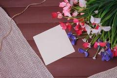 Λουλούδια σε ένα ξύλινο, floral υπόβαθρο πλαισίων, άνοιξης ή καλοκαιριού Στοκ Φωτογραφία
