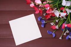 Λουλούδια σε ένα ξύλινο, floral υπόβαθρο πλαισίων, άνοιξης ή καλοκαιριού Στοκ εικόνα με δικαίωμα ελεύθερης χρήσης