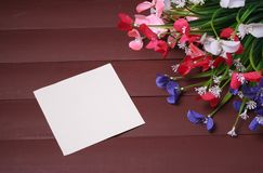 Λουλούδια σε ένα ξύλινο, floral υπόβαθρο πλαισίων, άνοιξης ή καλοκαιριού Στοκ Εικόνες