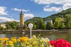 Λουλούδια σε ένα δοχείο λουλουδιών που αγνοούν τον ποταμό Lahn και την πόλη κακό EMS SPA στη Γερμανία Στοκ Εικόνα