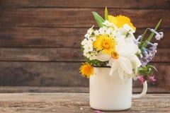 Λουλούδια σε μια κούπα σιδήρου στοκ φωτογραφία με δικαίωμα ελεύθερης χρήσης