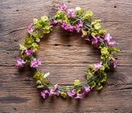 Λουλούδια σε ξύλινο Στοκ φωτογραφίες με δικαίωμα ελεύθερης χρήσης