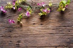 Λουλούδια σε ξύλινο Στοκ εικόνα με δικαίωμα ελεύθερης χρήσης