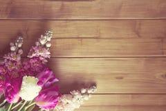 Λουλούδια στην ξύλινη κορυφή στοκ εικόνα