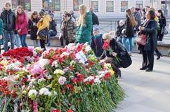 Λουλούδια στη μνήμη εκείνοι που σκοτώνονται στις επιθέσεις Στοκ εικόνα με δικαίωμα ελεύθερης χρήσης