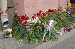 Λουλούδια στη μνήμη εκείνοι που σκοτώνονται στις επιθέσεις Στοκ εικόνες με δικαίωμα ελεύθερης χρήσης