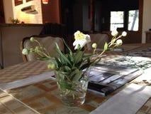 Λουλούδια στον πίνακα γευμάτων Στοκ εικόνα με δικαίωμα ελεύθερης χρήσης