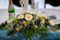 Λουλούδια στον πίνακα συμποσίου Στοκ Εικόνες