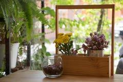 Λουλούδια στον πίνακα Στοκ φωτογραφίες με δικαίωμα ελεύθερης χρήσης