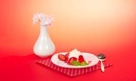 Λουλούδια στο βάζο, πιάτο με τη ζελατίνα Στοκ εικόνες με δικαίωμα ελεύθερης χρήσης