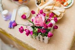 Λουλούδια στο γαμήλιο πίνακα Στοκ φωτογραφία με δικαίωμα ελεύθερης χρήσης