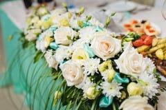 Λουλούδια στο γαμήλιο πίνακα Στοκ Εικόνες