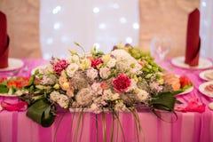 Λουλούδια στο γαμήλιο πίνακα Στοκ εικόνα με δικαίωμα ελεύθερης χρήσης