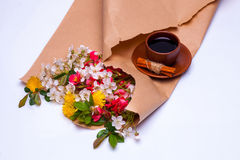 Λουλούδια στο καφετί έγγραφο συσκευασίας Στοκ φωτογραφία με δικαίωμα ελεύθερης χρήσης