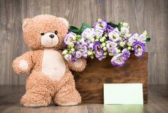 Λουλούδια στο κιβώτιο και μια teddy αρκούδα Στοκ φωτογραφία με δικαίωμα ελεύθερης χρήσης