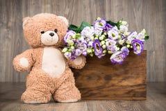 Λουλούδια στο κιβώτιο και μια teddy αρκούδα Στοκ Εικόνες