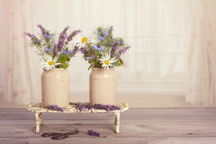 Λουλούδια στο παράθυρο Στοκ φωτογραφία με δικαίωμα ελεύθερης χρήσης