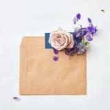 Λουλούδια στο φάκελο στοκ εικόνες