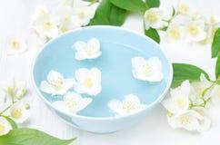 Λουλούδια της Jasmine σε ένα κύπελλο για τη SPA και aromatherapy Στοκ Φωτογραφίες