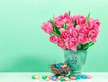 Λουλούδια τουλιπών και χρωματισμένα κρητιδογραφία αυγά Πάσχας Στοκ φωτογραφία με δικαίωμα ελεύθερης χρήσης