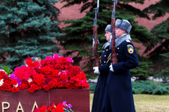 Λουλούδια ως σημάδι του πένθους για τους νεκρούς Στοκ εικόνες με δικαίωμα ελεύθερης χρήσης