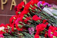 Λουλούδια ως σημάδι του πένθους για τους νεκρούς Στοκ Φωτογραφίες