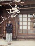 Λουλούδια Sakura και Defocused του ασιατικού θηλυκού στοκ φωτογραφία με δικαίωμα ελεύθερης χρήσης