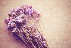 Λουλούδια Statice στο ξύλινο υπόβαθρο στοκ φωτογραφία με δικαίωμα ελεύθερης χρήσης