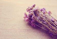 Λουλούδια Statice στο ξύλινο υπόβαθρο στοκ εικόνες με δικαίωμα ελεύθερης χρήσης