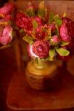Λουλούδι ανθοδεσμών στο βάζο στο καφετί υπόβαθρο στοκ εικόνες