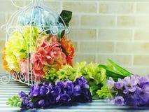 Λουλούδι ανθοδεσμών στο εγχώριο ντεκόρ βάζων Στοκ Εικόνες